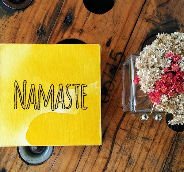 """""""Namaste"""" bordado amarelo - Contorno"""